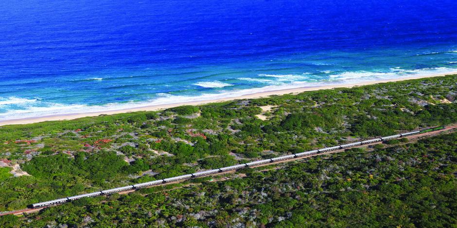 Train Rovos longeant la mer